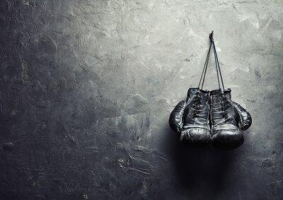Fototapeta stare rękawice bokserskie powiesić na gwoździu na ścianie tekstury