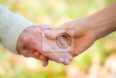 Fototapeta Starsi i młodzi trzymając się za ręce