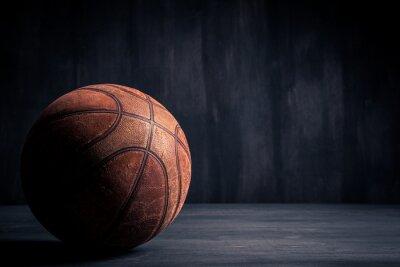 Fototapeta Stary koszykówka piłka na czarnym tle