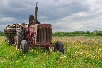 Fototapeta Stary opuszczony czerwony ciągnik w gospodarstwie w dziedzinie