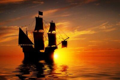 Fototapeta Stary starożytny statek piracki na spokojny ocean na zachód słońca.