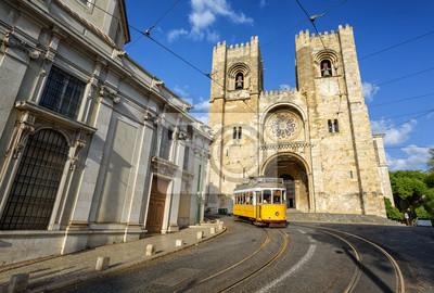 Fototapeta Stary tramwaj w przedniej części katedry w Lizbonie, Portugalia