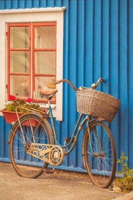 Fototapeta Stary zardzewiały rower pani przed szwedzkim domu