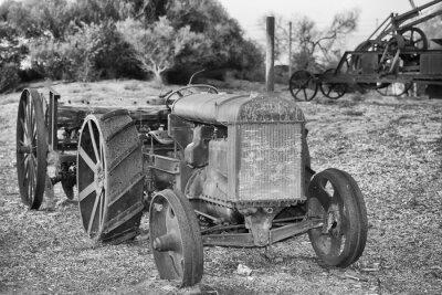 Fototapeta Stary zardzewiały zabytkowy traktor szczegółów w czerni i bieli