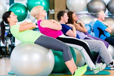 Fototapeta Starzy i młodzi ludzie w cenie na siłowni