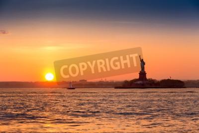 Fototapeta Statua Wolności o zachodzie słońca widziana z Brooklynu w Nowym Jorku