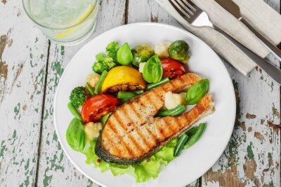 Fototapeta Stek z grilla łosoś z warzywami na talerzu