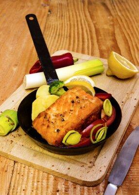 Fototapeta Stek z łososia smażone na patelni.
