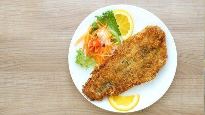 Fototapeta Stek z ryby panierowane z sałatką i warzyw