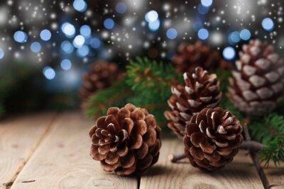 Sterta szyszek sosny i gałęzi drzewa jodły na prosty drewniany stół. Bożenarodzeniowy kartka z pozdrowieniami.