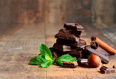 Fototapeta Stos plasterki czekoladowych z liści mięty, orzechów laskowych i cynamonem.