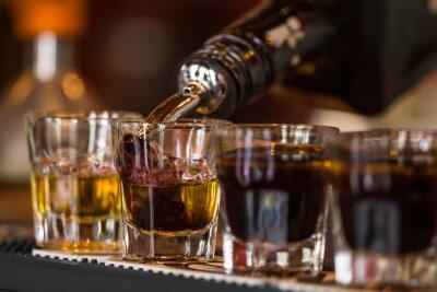 Fototapeta Strzały z whisky i liqquor w koktajl barze