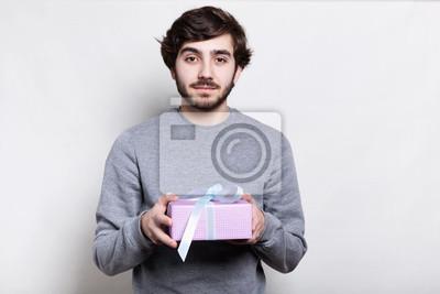 Fototapeta Studio Portret Przystojny Mężczyzna Z Brodą Modnej Fryzury Ubrany