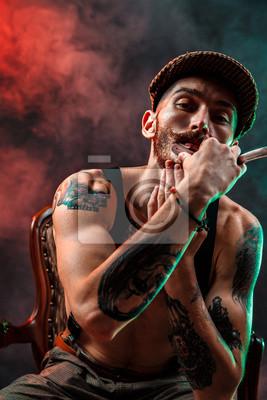Fototapeta Stylowa Tatuaż Bez Shirtless Mężczyzna Z Brzytwa Na Szyi Spojrzenie