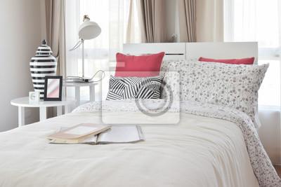 Fototapeta Stylowe Wnętrza Sypialni Z Motywem Kwiatowym I Poduszki Dekoracyjne
