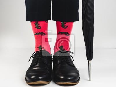 Męskie nogi, jasne skarpetki i stylowe buty Zdjęcie