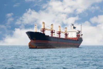 Fototapeta Suchy statek towarowy pływający na morzu