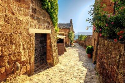 Fototapeta Sunny zwęża się na letni dzień w starym włoskim mieście