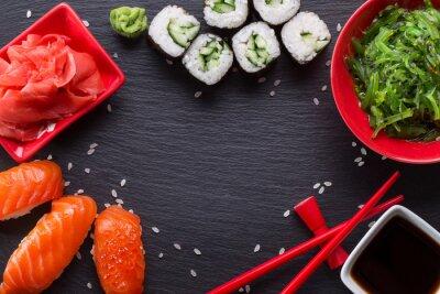 Fototapeta sushi i rolkach na stole łupków