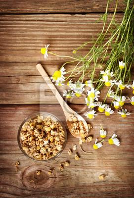 Fototapeta Suszone herbata rumianek z świeżych kwiatów rumianku