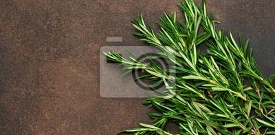 Fototapeta Świeża wiązka rozmaryny na brown betonowym tle. Tło żywności ekologicznej.