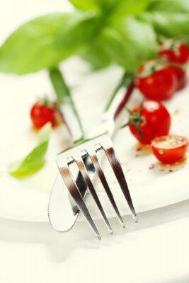 Fototapeta świeże pomidory, nóż i widelec na talerzu