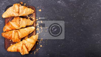 Fototapeta świeże rogaliki na drewnianej desce