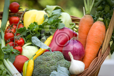Fototapeta Świeże warzywa organicznych w wiklinowym koszu