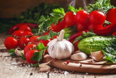Fototapeta Świeży czosnek, pomidory cherry, ogórek, ostra papryka, pietruszka, di