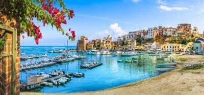 Fototapeta Sycylijski port Castellammare del Golfo, niesamowita nadmorska wioska Sycylia wyspa, prowincja Trapani, Włochy