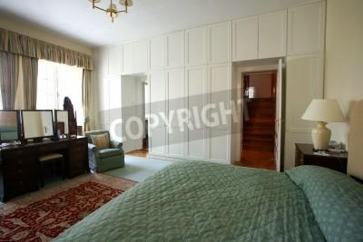 Fototapeta Sypialnia Z Podwójnym łóżkiem I Dużym Białym Drewnianą Szafę