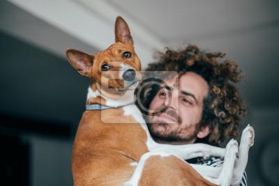 Fototapeta Szalony hipster psa, patrząc kochająco na psa czystej krwi, przytulając go