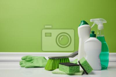 Fototapeta szczoteczki i artykuły domowe do wiosennego czyszczenia na zielono