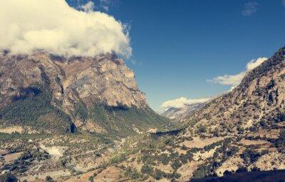 Fototapeta Szeroki górskie doliny rzeki przepływającej przez.