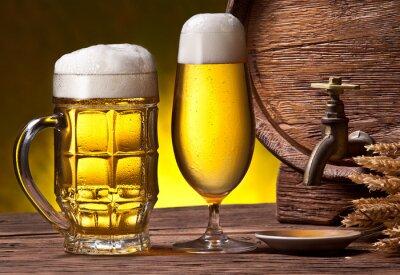 Fototapeta Szklanki do piwa, stara beczka dębu i pszenicy uszy.
