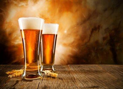 Fototapeta Szklanki piwa na drewnianym stole