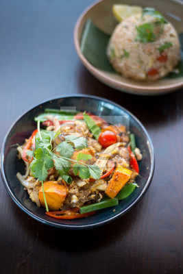 Tajskie Potrawy Wymieszac Smazony Makaron Z Jajkiem Trawy