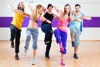 Fototapeta Tańcząc w zumba treningu fitness w studio tańca