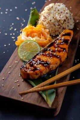 Fototapeta Teriyaki łososia z ryżem na drewnianej tacy