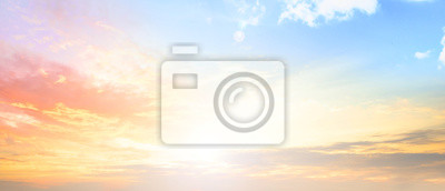 Fototapeta Tło kolorowy nieba pojęcie: Dramatyczny zmierzch z zmierzchu koloru niebem i chmurami