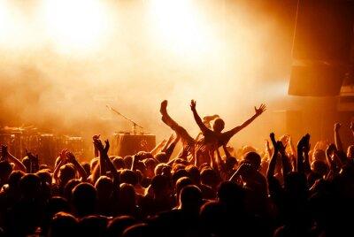 Fototapeta Tłum na koncercie podczas surfowania
