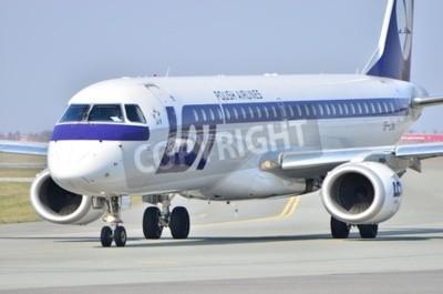 Fototapeta To jest widok Embraer ERJ 170 PLL LOT o rejestracji SP-LNA na warszawskim Lotnisku Chopina. 11 kwietnia 2015 roku w Warszawie, Polska.