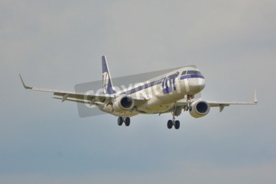 Fototapeta To jest widok z PLL LOT Embraer ERJ 195 samolot zarejestrowany jako SP-LNA na warszawskim Lotnisku Chopina. 16 września 2015.