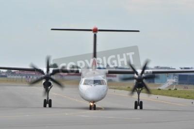 Fototapeta To jest widok z samolotu Bombardier Dash Eurolot-8 Q400 zarejestrowany jako SP-EQC na warszawskim Lotnisku Chopina. 30 lipca 2015 roku w Warszawie, Polska.