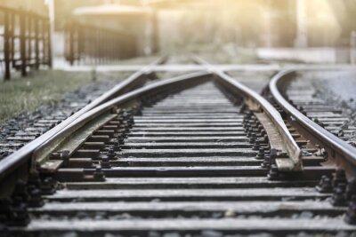 Fototapeta Tory kolejowe w wieczornym słońcu z przystanku