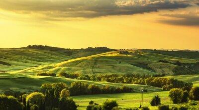 Fototapeta Toskania wiosna, wzgórz na zachodzie słońca. krajobrazu wiejskiego. Zielony