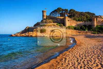Fototapeta Tossa de Mar, piaszczysta plaża i mury Starego Miasta, Katalonia, Hiszpania