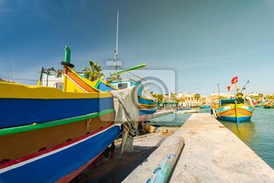 Fototapeta Tradycyjna malująca rybak łódź w Marsaxlokk wiosce, Malta