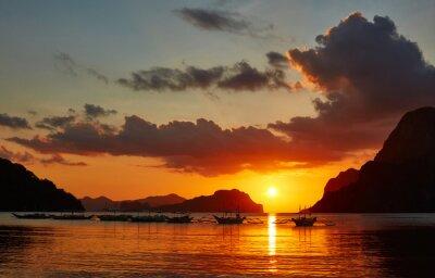 Fototapeta Tradycyjne łodzie na Filipinach w El Nido Bay w światłach słońca.
