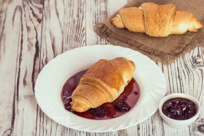 Fototapeta tradycyjne rogaliki z dżemem na śniadanie